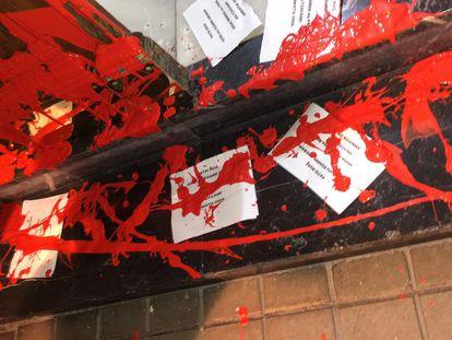 Imagen de la pintura roja y los panfletos 'abertzales' en la puerta de Idoia Mendia.
