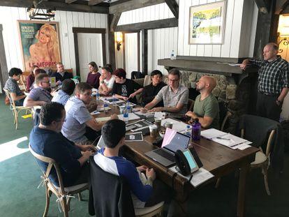 Claudia Gray (sentada en el medio con camiseta negra) y Michael Siglain (de pie a la derecha), reunidos con varios creativos en un salón del Skywalker Ranch.