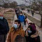 DVD 1043 (01-03-21) Cientos de personas hacen cola para ser vacunados contra la Covid-19 en el exterior del hospital Enfermera Isabel Zendal, Madrid. Foto: Olmo Calvo