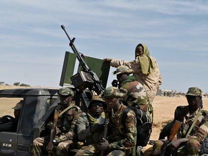Militares de Níger patrullan a las afueras del aeropuerto de Diffa, en el sureste del país, el pasado 23 de diciembre.