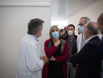 La consellera de Salud de la Generalitat, Alba Vergés, durante una visita al Hospital Moisès Broggi, en Sant Joan Despí (Barcelona), el 20 de abril.