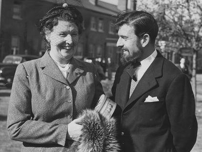 El agente doble británico y soviético George Blake junto a su madre tras regresar de su cautiverio en Corea del Norte en 1953.