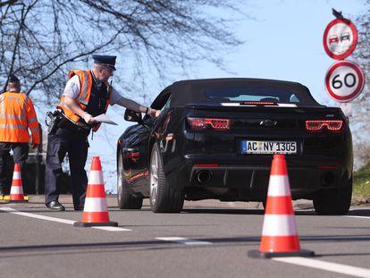 Un control de la policía de Bélgica cerca de la frontera con Alemania y Países Bajos el pasado 4 de abril.
