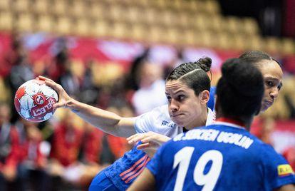 Alicia Fernández trata de progresar ante la defensa francesa.