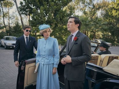 Emma Corrin y Josh O'Connor en un instante de la cuarta temporada de 'The Crown'.