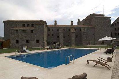 La piscina del hotel, frente al renovado edificio que albergaba en el siglo XVII el monasterio del Carmen.