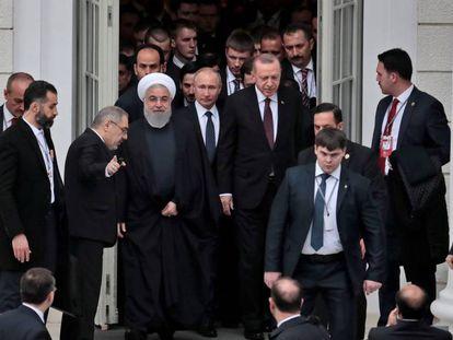 El presidente iraní, Hasán Rohuani; su homólogo ruso, Vladímir Putin, y el turco, Recep Tayyip Erdogan este jueves en el balneario de Sochi.