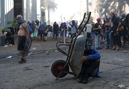 Las protestas se extendieron a lo largo de la tarde en Santiago de Chile, pese a las restricciones de la pandemia.