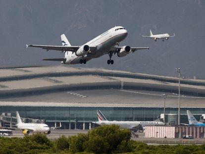 Un avión despega mientras otro aterriza simultáneamente en el aeropuerto del Prat.
