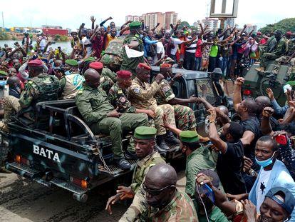 Vecinos de Conakry celebran el paso de un vehículo militar, este lunes 6 de septiembre, al día siguiente del golpe de Estado que derrocó a Alpha Condé.