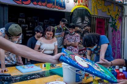 Jóvenes en la casa cultural Frontera Morada, en Cúcuta, Norte de Santander (Colombia).