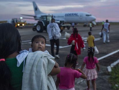 La refugiada venezolana Dorianny en el aeropuerto de Boa Vista.
