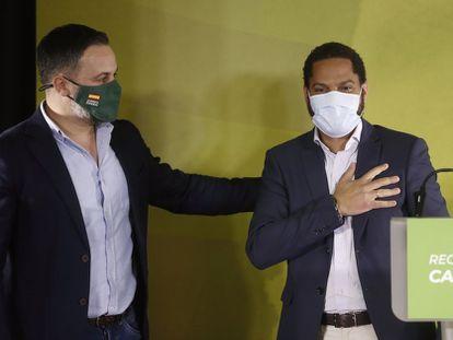 El candidato por VOX, Ignacio Garriga (a la derecha), acompañado por el presidente del partido, Santiago Abascal.