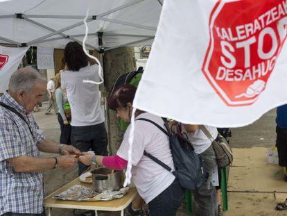 El stand colocado para protestar por la actuación de los bancos en los desahucios.