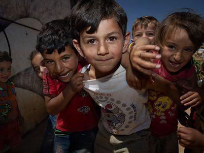 Niños en campamento informal de refugiados en la zona de la Bekaa en Libano.
