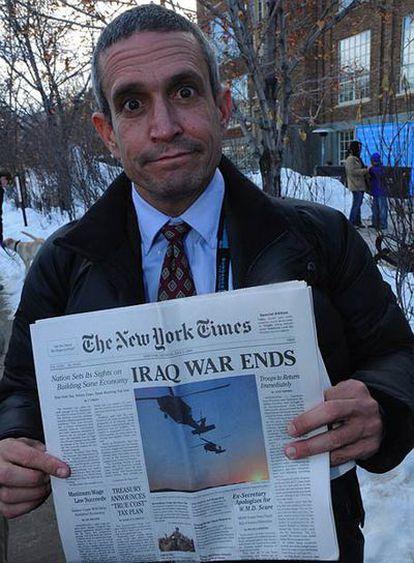 Andy Bichlbaum con un ejemplar falsod del New York Times.