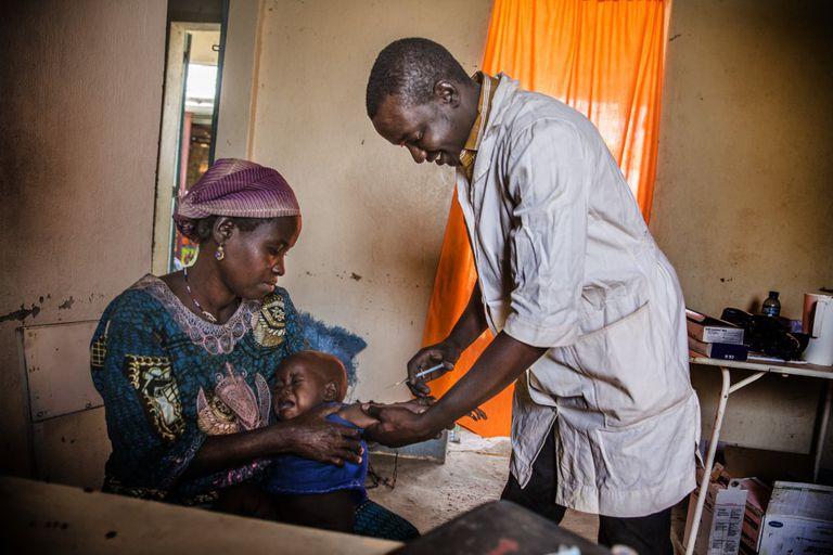 Un bebé es vacunado contra la tuberculosis en Níger.