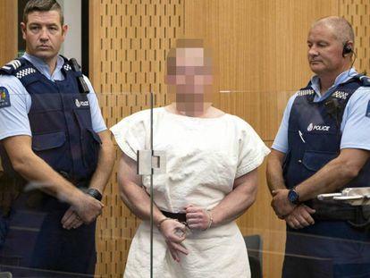 Brenton Tarrant, autor de la masacre en Christchurch (Nueva Zelanda), comparece ante el juez, el pasado 16 de marzo. En vídeo, el secretario general de la ONU defiende una estrategia global con los discursos de odio.
