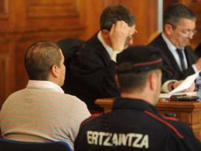 Keny Lexzur González, de espaldas, durante la primera sesión del juicio celebrado en su contra.