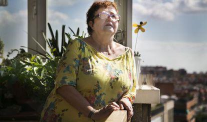 Antonia Arajol, en su piso de Cornella del Llobregat, en lista de espera desde febrero de 2013 para una operacion de córnea.