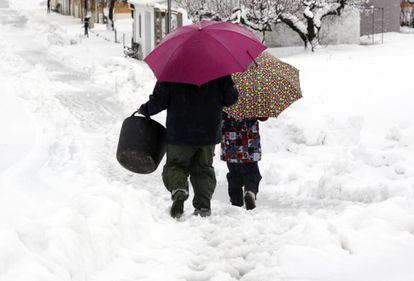 Dos vecinos de Famorca se dirigen a coger leña entre una espesa capa de nieve.
