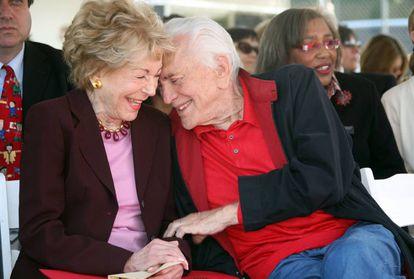 Kirk Douglas, con su esposa Anne al cumplir 103 años.