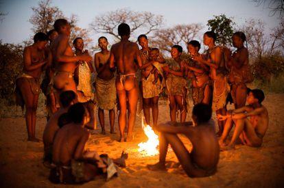 Una tribu Ju/'hoansi simula su estilo de vida para los turistas en el museo vivo de Grashoek, en Namibia.