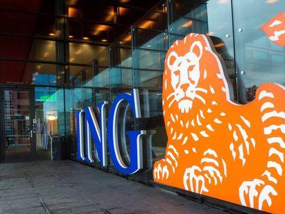Un cliente de ING entra en una de las oficinas de la compañía.