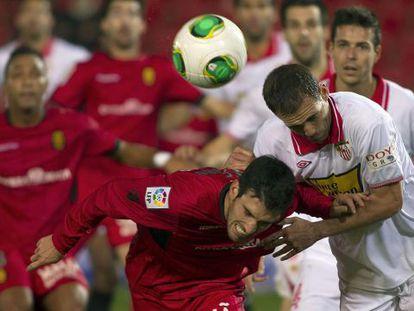 Navarro y Alfaro disputan el balón ante la vista de todos.