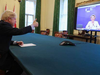 Boris Johnson hace un gesto a Ursula von der Leyen, tras llegar a un acuerdo este jueves.