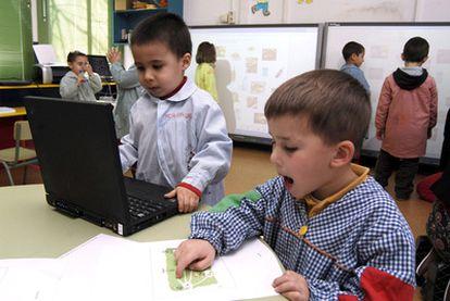 Ordenadores y pizarras digitales en la escuela rural de Ponteceso (A Coruña).
