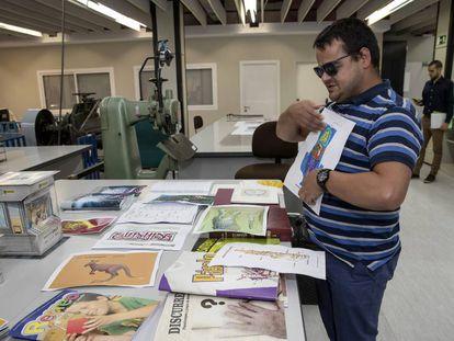 Javier Goñi, técnico braille de la Fundación ONCE, muestra algunos de los libros adaptados para personas ciegas.