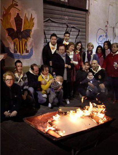 La comisión de la falla Guillem Sorolla-Recaredo junto a un fuego en sus últimos días.