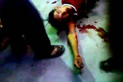 Imagen de un vídeo colgado en YouTube que muestra a un manifestante herido de bala durante una marcha de protesta en la ciudad de Deir Zoor, el 28 de mayo de 2011.