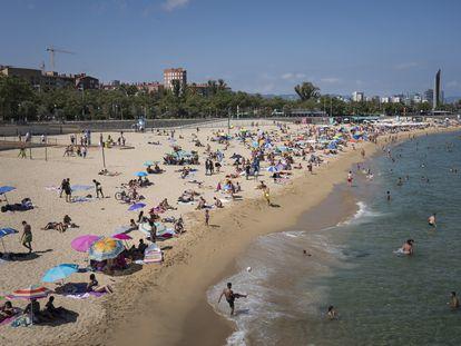 Ambiente en la playa de Bogatell, este sábado.