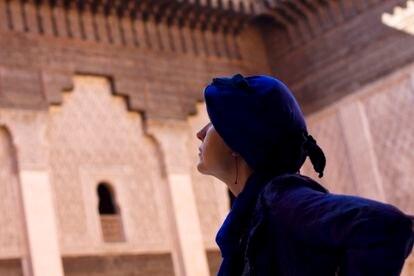 Una mujer en la madrasa Ben Youssef, en Marrakech, Marruecos.