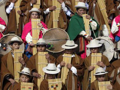 Músicos indígenas en una ceremonia en Tiahuanaco, el pasado enero.