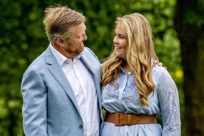 El rey Guillermo Alejandro de Holanda y su primogénita, la princesa Amalia, en el palacio Huis Ten Bosch de La Haya en julio de 2020.