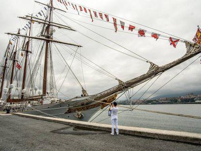 Un hombre toma una fotografía del buque escuela de la Armada española 'Juan Sebastián Elcano'. que se visitar desde el lunes pasado en Getxo (Bizkaia).