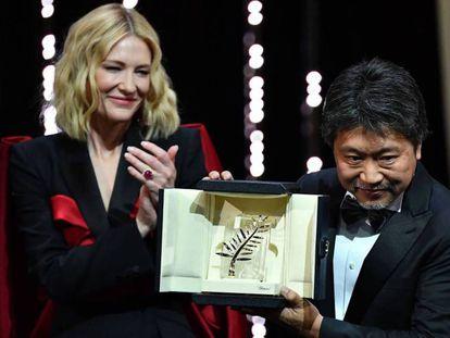Hirokazu Kore-Eda muestra la Palma de Oro ante la actriz Cate Blanchett, presidente del jurado del festival.