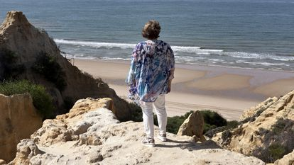 María, de 59 años, en una playa del sur, uno de los lugares favoritos de su hijo, que se suicidó en 2013 a los 30 años tras sufrir problemas económicos.