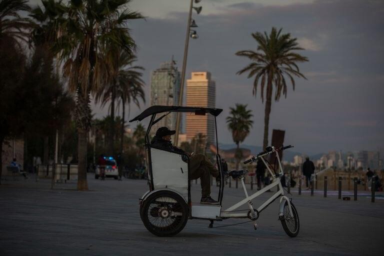 Un hombre sentado en un 'rickshaw', en Barcelona, Catalunya, sin clientes.