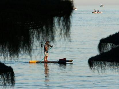 Varias personas disfrutan de deportes acuáticos en la playa de la Malagueta (Málaga).