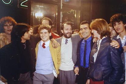 Estreno de la película 'El pico 2', en 1984. De izquierda a derecha: Antonio Flores, José Luis Manzano, Eloy de la Iglesia, Valentín Paredes y  el Pirri. Foto cortesía de Valentín Paredes.
