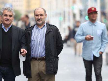 Bernardo Atxaga (izquierda) y José Ángel Arbelaitz caminan junto al Kursaal, ayer en San Sebastián.