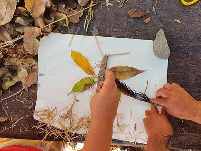 Un collage realizado con elementos naturales. El uso de materiales naturales conecta a los niños con la naturaleza en esta escuela bosque de Las Palmas de Gran Canaria.