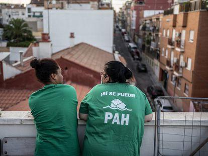 Dos mujeres participantes en una protesta de la Plataforma de Afectados por la Hipoteca (PAH) para evitar el desalojo de un edificio en Madrid el pasado verano.