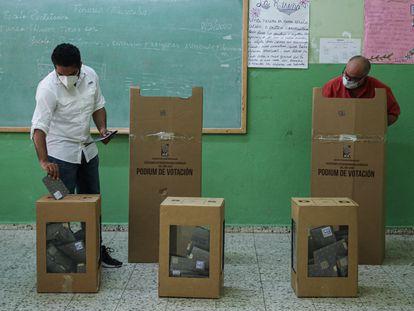 Personas con máscaras protectoras emitieron su voto en las elecciones generales durante el brote de la enfermedad por coronavirus (COVID-19), en Santo Domingo, República Dominicana, el 5 de julio de 2020. REUTERS/Ricardo Rojas