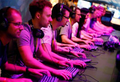 Asistentes al Gamescom juegan a diferentes videojuegos, ayer en Colonia.