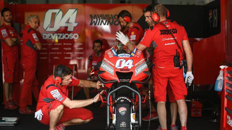 Mecánicos de Ducati trabajan con la moto de Dovizioso en los tests de pretemporada este invierno.